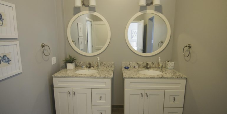 Y258 - bath with double vanity
